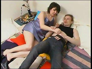 Русское порно зрелая тётка сосёт хуй парнишке