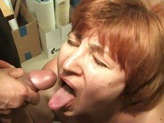 Голая бабка сосёт хуй и ей кончают в рот