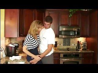 Красивая мамка трахает с парнем 18 лет на кухне