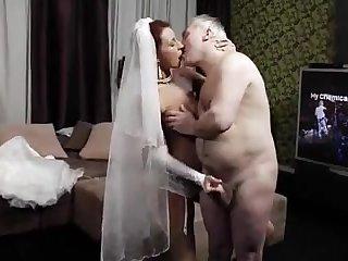 Красивая молодая невеста трахается со стырым дедом прямо на свадьбе