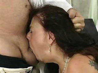 Порно старая женщина глотает большой член полностью