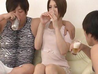 Групповое порно с молодой азиаткой и двумя мужиками
