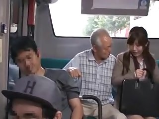 Старый дед пристал к 18 летней азиатке в автобусе