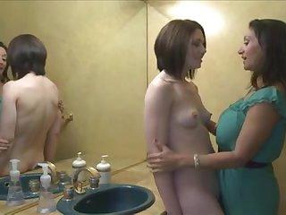 Порно молодая лесбиянка с маленькой грудью лижет киску старой женщине