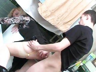 Русскую зрелую женщину трахает в анал молодой парень