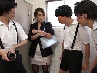 Порно азиатскую учительницу трахают в туалете три студента
