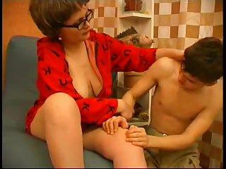 Зрелая женщина совратила молоденького парня