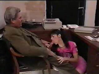 Молодая сексретарша сосёт член под столом старому начальнику