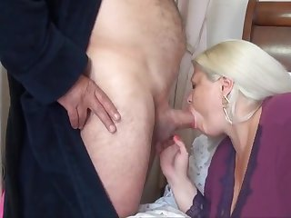 Зрелый мужик трахает женщину в самом соку