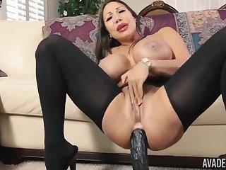 Порно грудастая женщина Ava Devine оседлала попой большую секс игрушку
