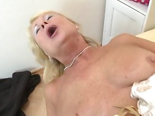 Горячее порно зрелой женщины в чулках с молодым самцом на кровати