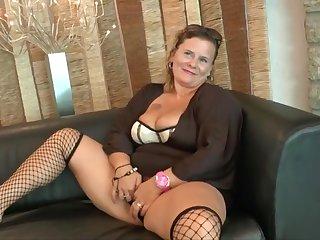 Групповое порно с ненасытной зрелой женщиной в чулках