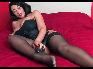 Горячая порно мастурбация зрелой женщины в чулках