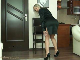 Красивая зрелая женщина показала своё возбуждающее тело