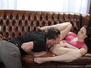Опытная женщина Chanel Preston трахается с другом на диване