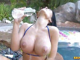 Длинноволосая латинка Rebeca Linares трахает себя секс игрушкой в бассейне