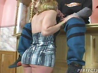 Молодой сантехник устроил порно со старой женщиной