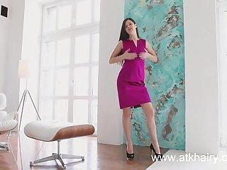 Стройная красавица ласкает на кресле свою мохнатую киску