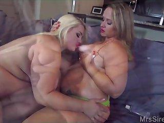 Порно с двумя толстыми женщинами на кровати
