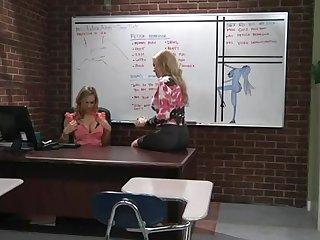 Две красивые женщины лесбиянки занимаются сексом в школьном классе