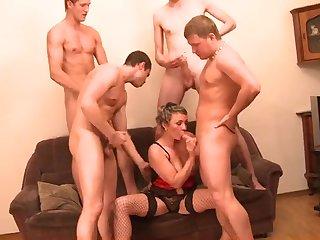 Русское групповое порно со зрелой женщиной
