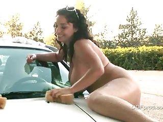 Две обнаженные барышни моют машину
