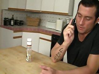 Похотливая зрелая супруга соблазнила мужа на кухне