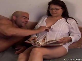 Зрелые женщины в спальне трахаются фото 641-250