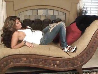 Сексуальная латинская бестия сняла штаны и балует киску приятным