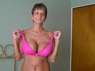 Домашнее порно старой женщины на кровати в спальне