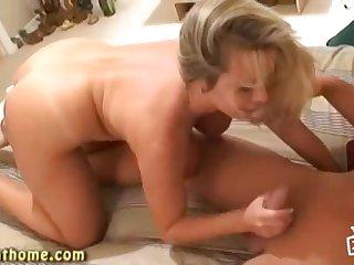 Блондинка Amber Lynn получает оргазм раком