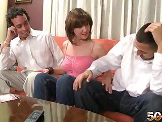 Опытная зрелая женщина развлекается с двумя парнями