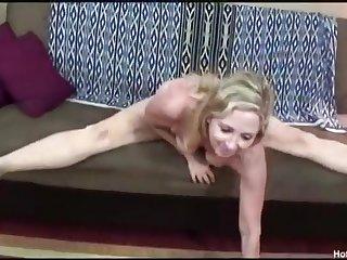 Порно пожилой женщины на чёрном диване