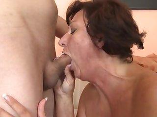 Молодой пацан устроил порно со старой женщиной 60 лет
