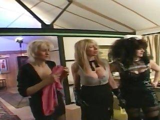 Групповое порно зрелых женщин и их похотливого трахаря