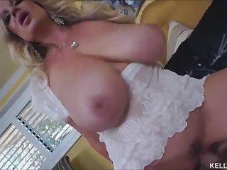Зрелая женщина с большими сиськами жарко долбится с любовником в спальне