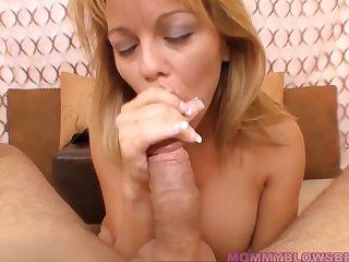 Опытная женщина красиво сосет большой член