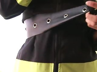 Похотливая пожарница приняла на лицо свежую горячую сперму