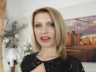 Горячая блондашка кайфует от анального траха