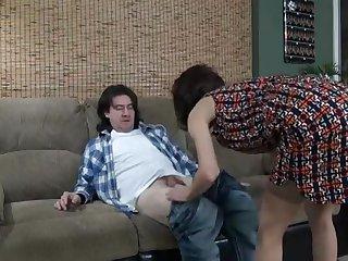 Похотливая взрослая женщина подарила парню сладкий секс на диване