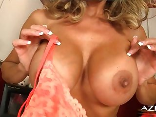 Опытная чудо-женщина Brandi Love мастурбирует на кухне