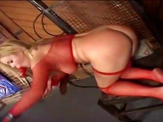 Мужик жестко ебет красивую блондинку Alicia Rhodes