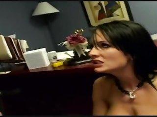 Босс решил развлечься в кабинете со своей сексуальной секретаршей