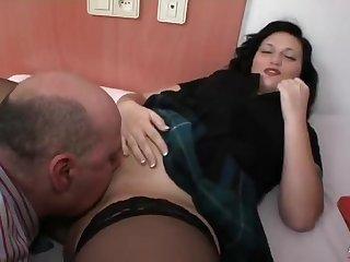 Смазливая сучка Lulu Pretel соблазнила зрелого мужика
