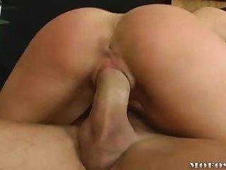 Очаровательная брюнетка с большими сиськами получила оргазм от вагинального траха