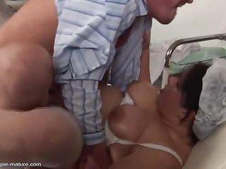 Толстая 40 летняя медсестра трахается с клиентом