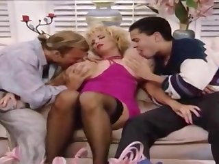 Два мужика занимаются любовью с красивой грудастой женщиной