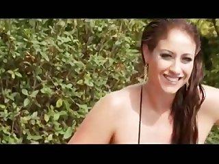 Очаровательная женщина с большими сиськами Eva Notty мастурбирует на свежем воздухе