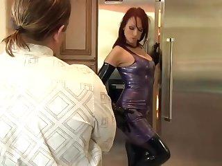 Жена в латексе отдалась мужу на кухне