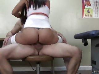Грудастая сексуальная медсестра трахнулась с пациентом в кабинете